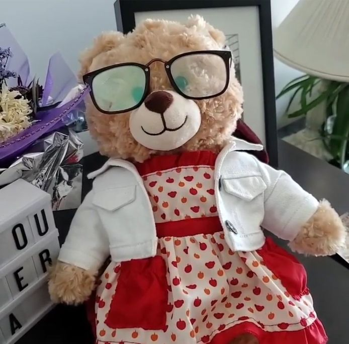 Op de teddybeer staat een opname van Soriano's moeder.