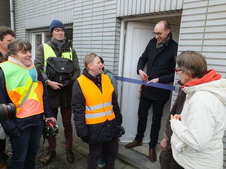 Kersvers burgemeester Vincent Van Peteghem (CD&V) kreeg de eer om in het Groenhuis zijn eerste lintje te knippen.