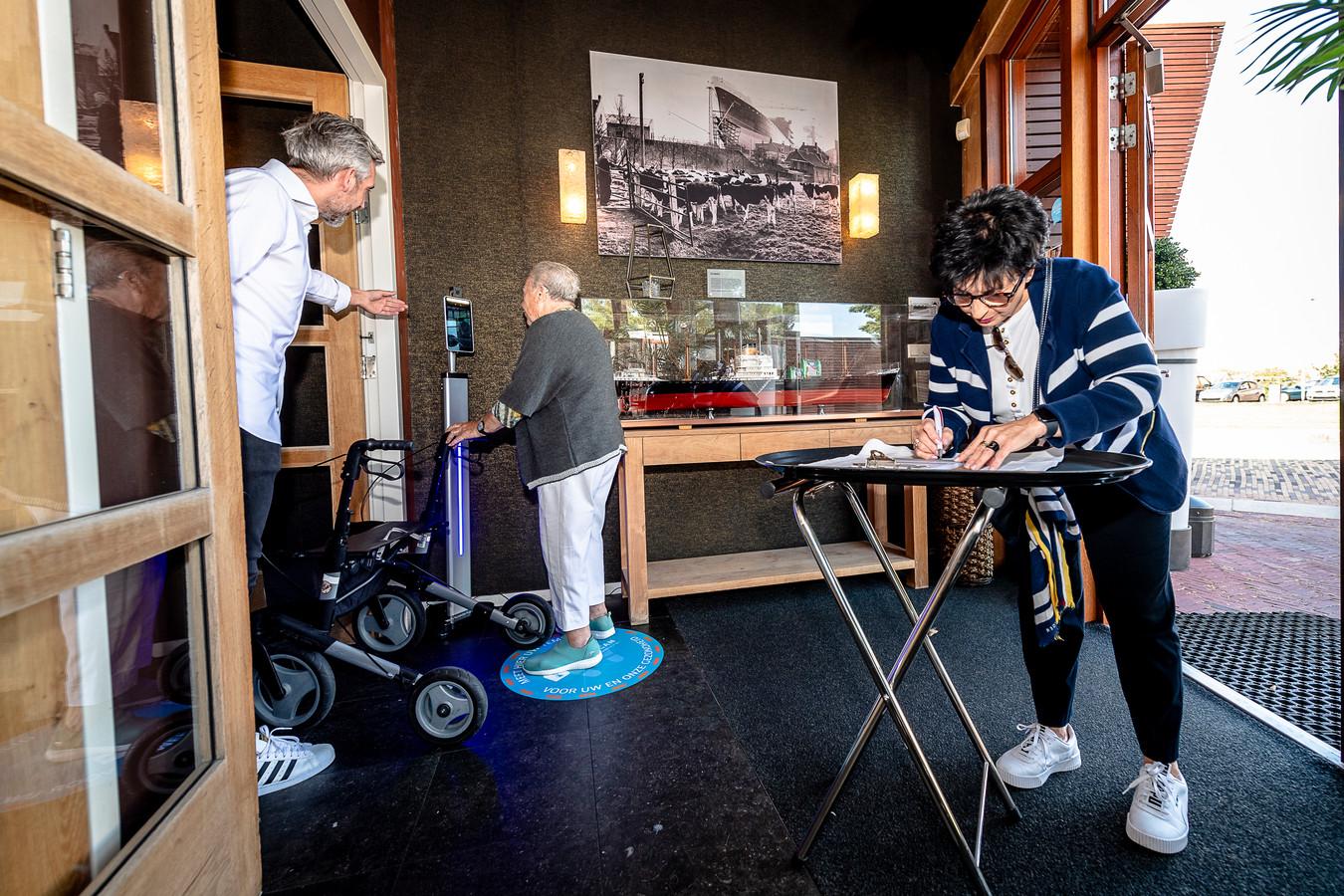 Loly Engelen (64) gaat met haar schoonmoeder Margreta Engelen (84) lunchen bij restaurant Fuiks. Daar staat sinds deze week een temperatuurscanner.