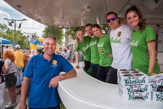 Peter Kemers met enkele van de tientallen vrijwilligers die zorgen dat het feest soepel verloopt.