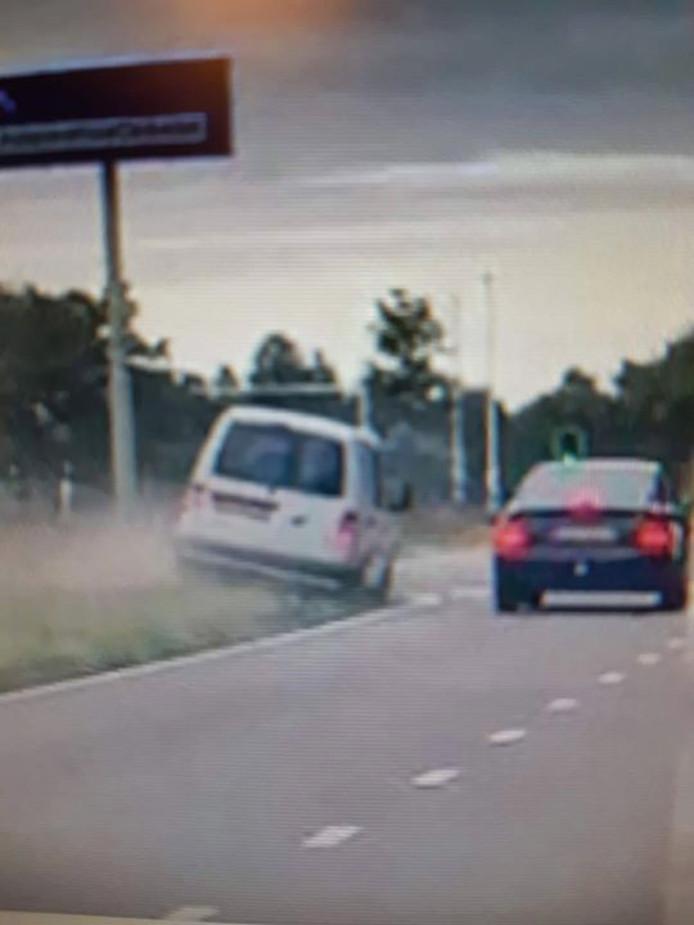 De man besloot om via de berm een andere auto te passeren