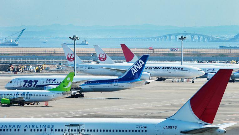 Dreamliners op het internationale vliegveld van Tokio. Beeld getty