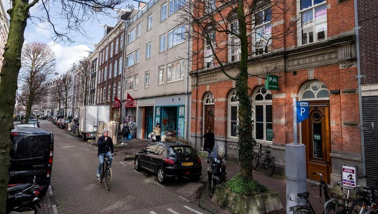 In de Gerard Doustraat, net achter de Albert Cuypmarkt, moet een opvanglocatie voor 38 ongedocumenteerden komen. Beeld Rink Hof