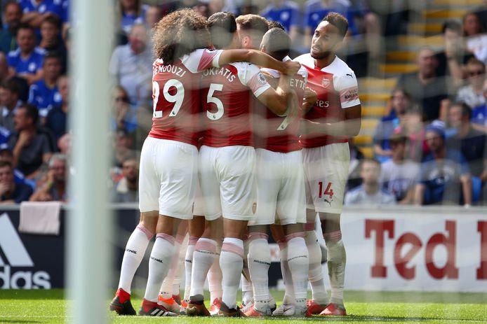 Shkodran Mustafi wordt gefeliciteerd door zijn ploeggenoten na zijn goal voor Arsenal.