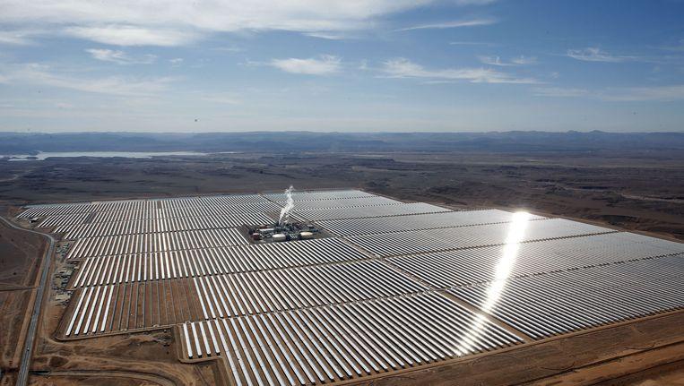 De Noor-centrale vanuit de lucht, met in de verte de Hoge Atlas. Het hele complex moet straks 3.000 hectare beslaan en de grootste centrale worden in zijn soort. Beeld null