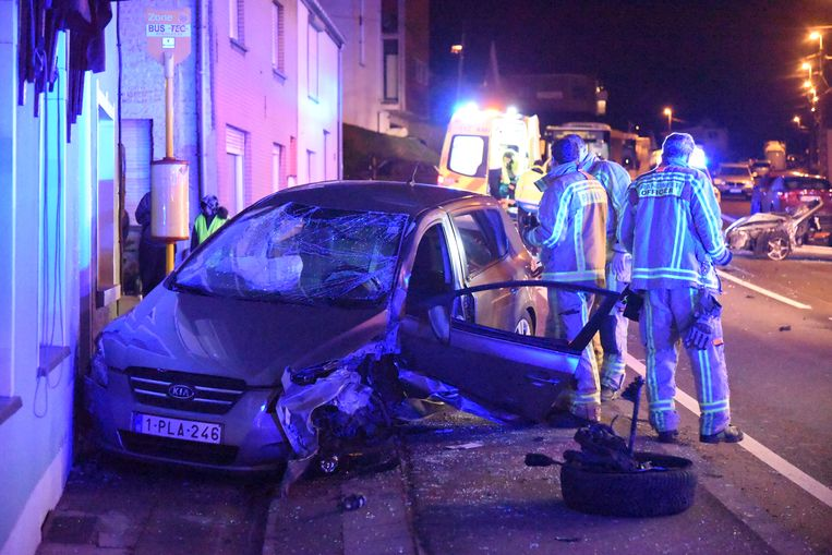 Bij het ongeval kwam een wagen tegen café De Welkom terecht.