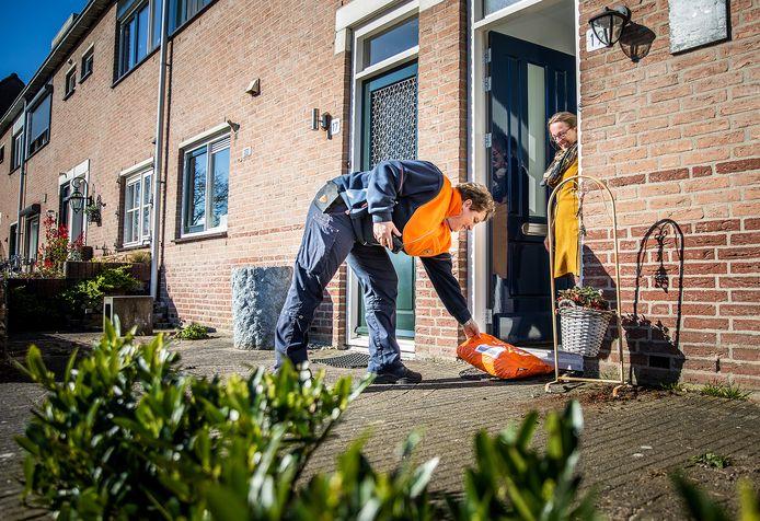 Een pakketbezorgster actief in  Oud-Beijerland.