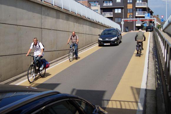 Op drukke momenten is het niet altijd even veilig voor fietsers in de tunnel onder de spoorweg. De tunnel is niet breed genoeg om twee wagens en een fietser er tegelijk te laten kruisen
