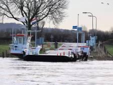 De Maas staat hoog: pont tussen Cuijk en Middelaar vaart niet