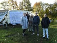 Na twee jaar wachten nog steeds geen standplaatsen, woonwagenfamilie strijkt uit onvrede bij gemeentehuis neer
