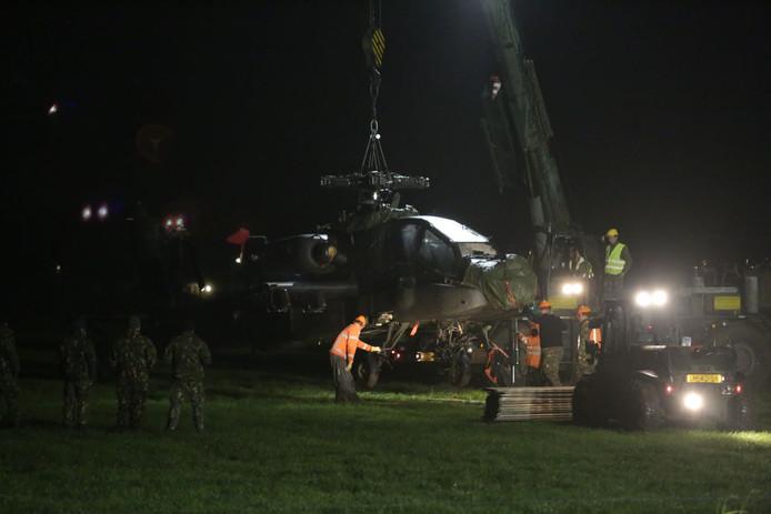 De Apache wordt uit Zoelmond weggehaald.