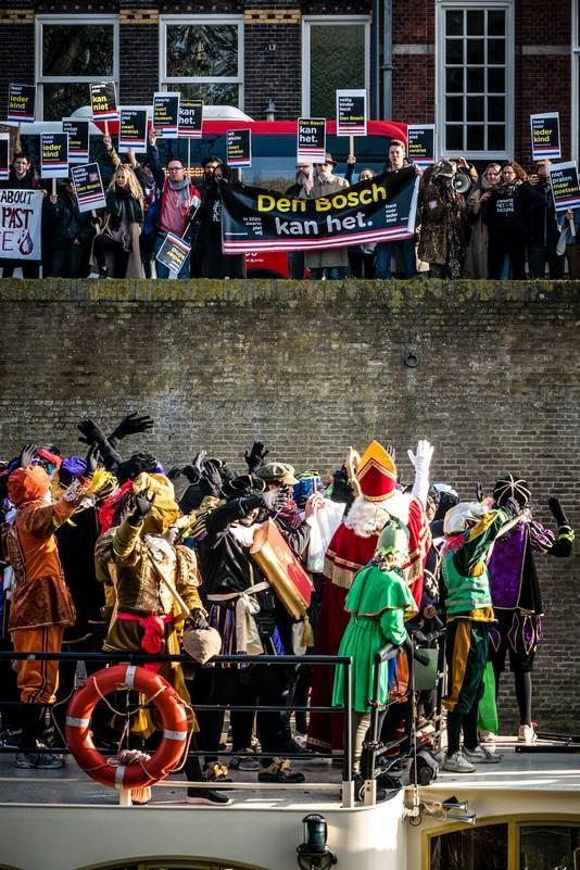 Tegenstanders van Zwarte Piet protesteerden tijdens de intocht van Sinterklaas november 2019 in Den Bosch.