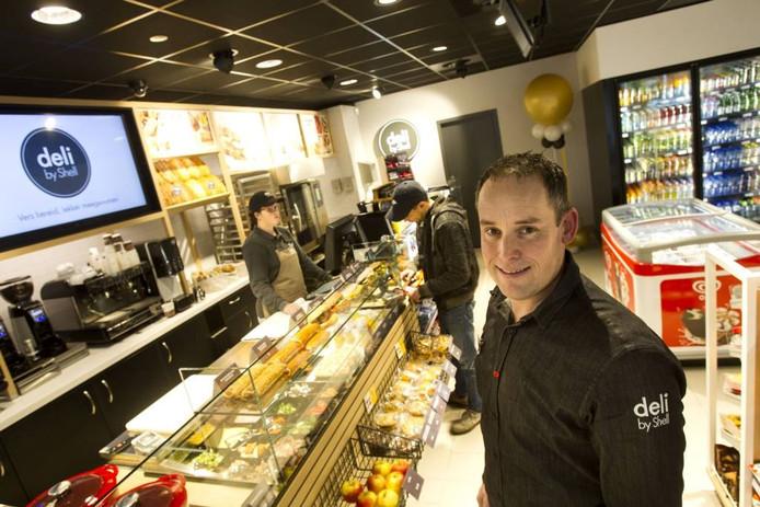 Manager Paul Smeets in de 'Deli by Shell' aan het Floraplein in Eindhoven. Foto René Manders/fotomeulenhof