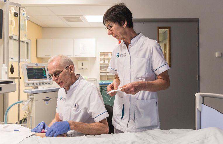 Ic-verpleegkundigen Joep Beneken Kolmer en Lia van der Lingen Beeld Dingena Mol