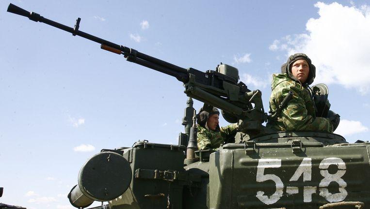 Russische soldaten op een tank tijdens militaire oefeningen in de Volgograd-regio. Beeld AFP