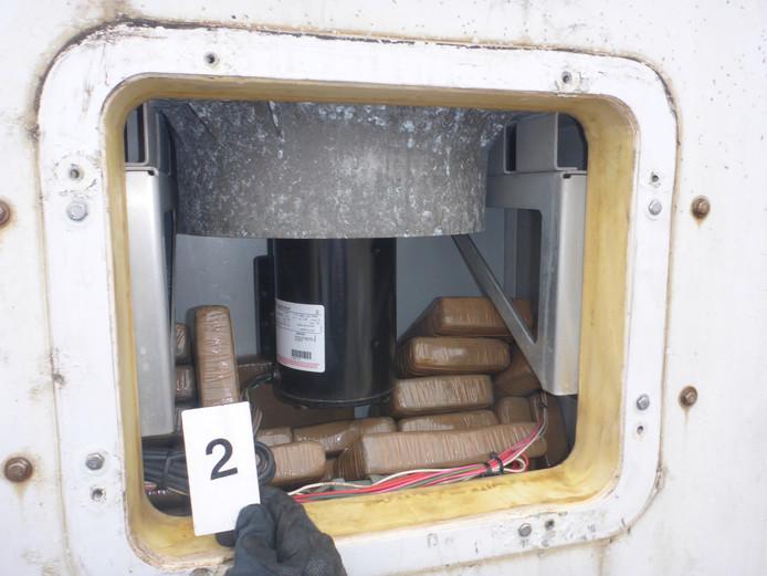 De pakketjes met cocaïne zaten in de koelmotor.