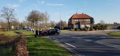 Auto's knallen op elkaar op N343 in Tubbergen