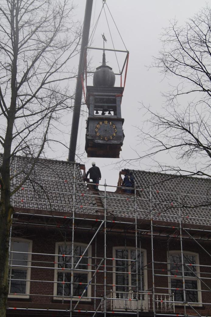 Het carillon in het oude gemeentehuis van Eersel wordt tijdelijk verwijderd.