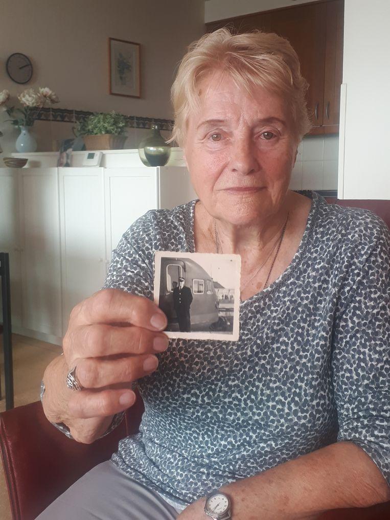 Netty de Jager-Orie, met een foto van haar vader. Beeld null