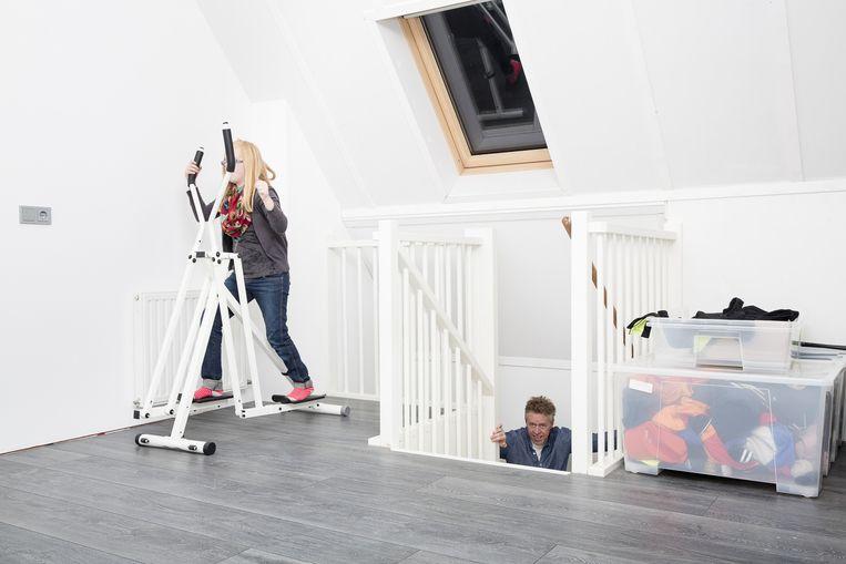 Alex Maas met zijn dochter in zijn nieuwe huis. Beeld Peter de Krom