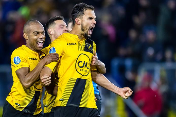 Mitchell te Vrede brengt het Rat Verlegh Stadion tot leven. Kort na de gemiste penalty van Vitesse schiet hij de 1-0 voor NAC binnen. Hij wordt in eerste instantie afgevlagd door de grensrechter, maar na ingrijpen van de VAR wordt het doelpunt alsnog goedgekeurd.