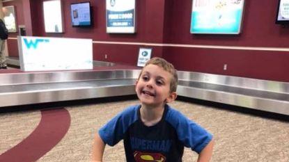 """Zoontje begroet moeder die week op zakenreis geweest is op vliegveld met groot bord: """"Welkom terug uit de gevangenis, mama!"""""""