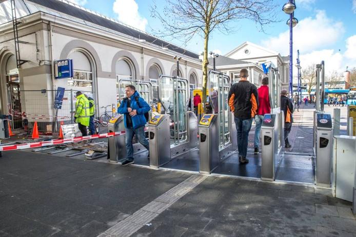 Er staan nu ook poortjes aan de voorkant van het station. Ze gaan 20 juni dicht.