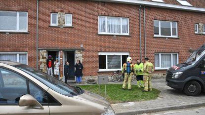 Arbeiders die werken uitvoeren in straat, snellen vrouw te hulp bij woningbrand