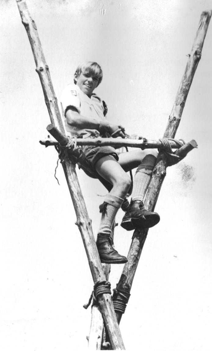 Een welp bij de Valkenswaardse scoutingSint Maarten omstreeks 1970.