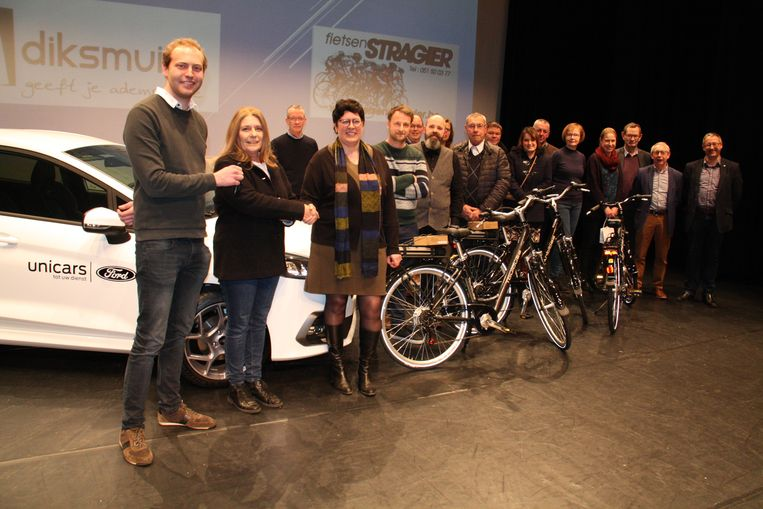 De winnaars van de hoofdprijzen verzameld op het podium in cc Kruispunt