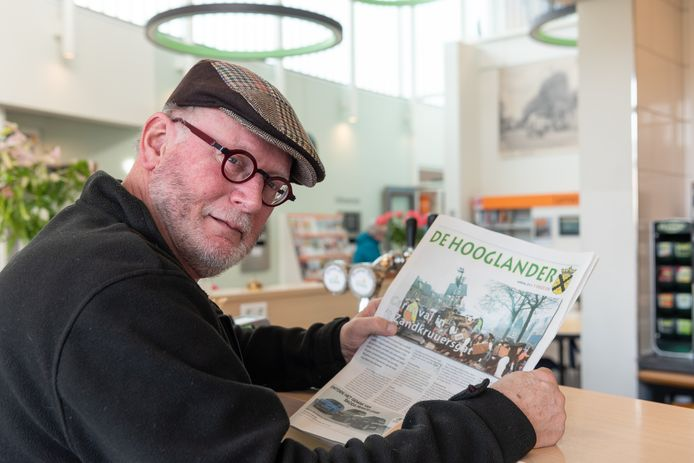 Frans Krijbolder met de laatste editie van De Hooglander.