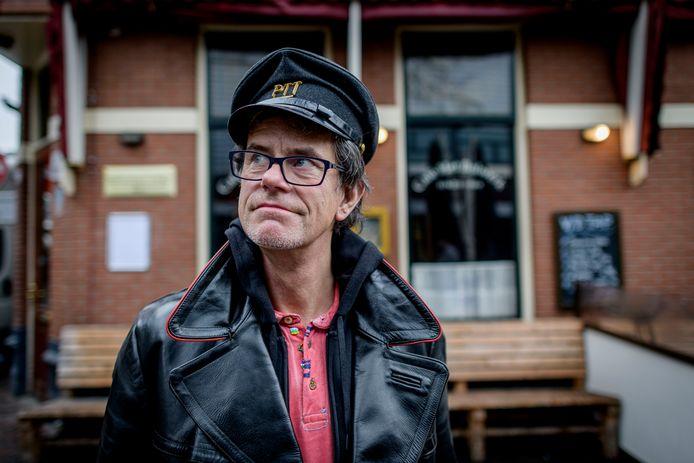 """Guus Bauer: ,,Ik laat mijn vader uit zijn schaduw treden."""" Zijn roman Vaders dag eindigt bij  café Het Bolwerk in Enschede."""