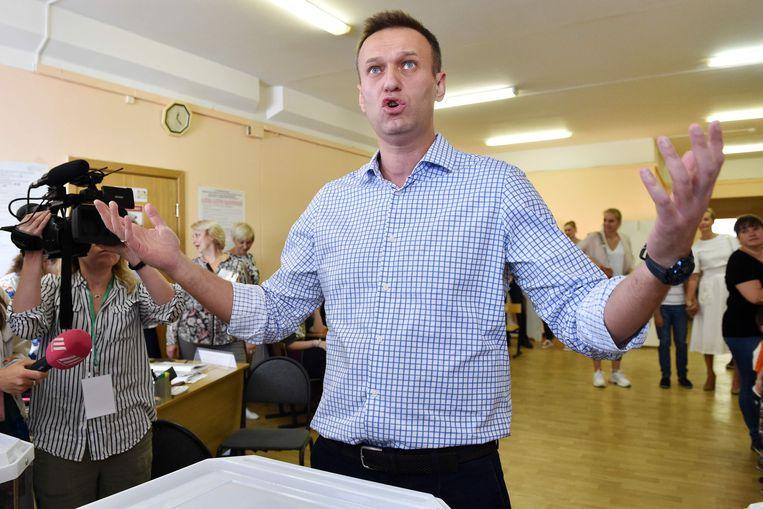 Aleksej Navalny brengt zondag zijn stem uit in een stemlokaal in Moskou. Beeld AFP