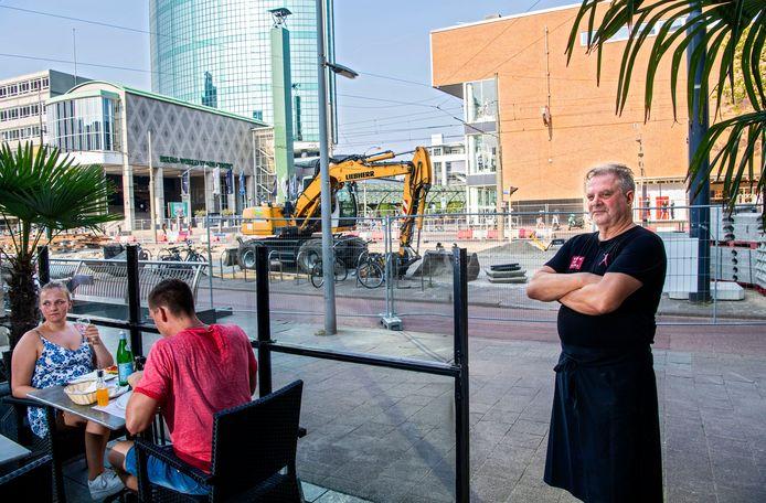 Luciano Benfatto (rechts) van trattoria La Borsa zit nu bijna 3,5 jaar rond in de bouwwerkzaamheden.  De 62-jarige ondernemer is er helemaal klaar mee.