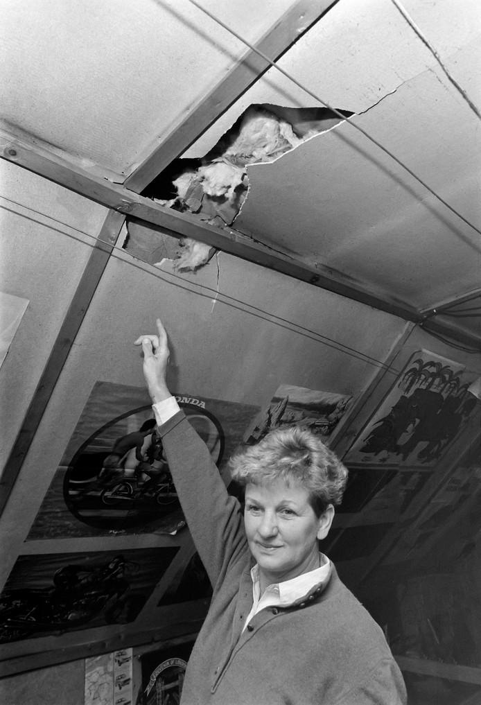 April 1990. Een meteoriet heeft een gat geslagen in het dak van de woning van de familie Wichmann in Glanerburg. Bewoonster Siny Nijhof wijst op verzoek van de fotograaf de plek aan.