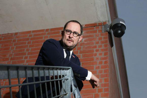 Burgemeester Vincent Van Quickenborne bij de camera aan de nieuwe fuifzaal op Kortrijk Weide.