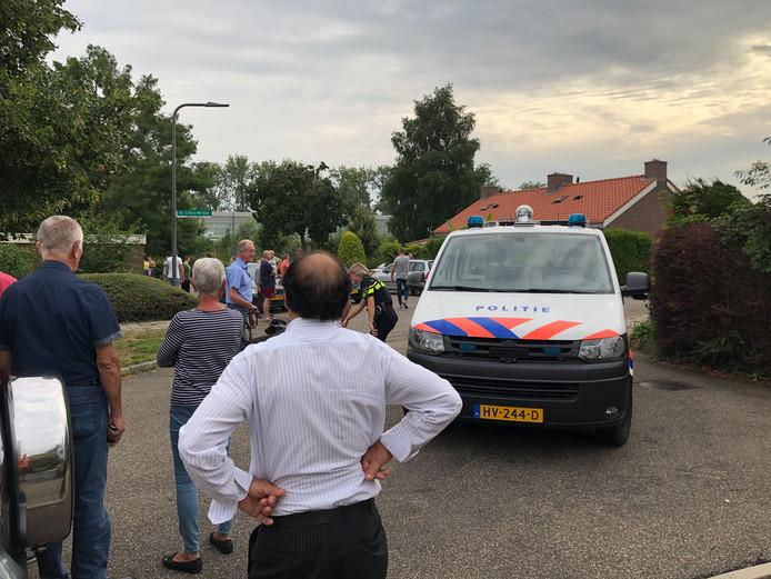 De aanhouding trok een hoop bekijks van de buurt in Velp.