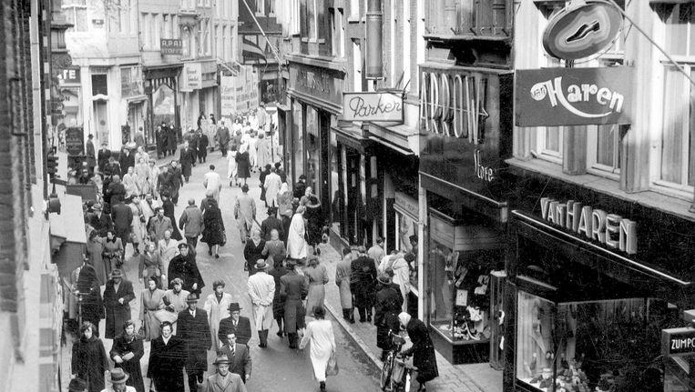 De Kalverstraat in maart 1950, toen nog niet afgesloten voor autoverkeer Beeld  Nationaal Archief/Collectie Spaarnestad/Jan van Eyk