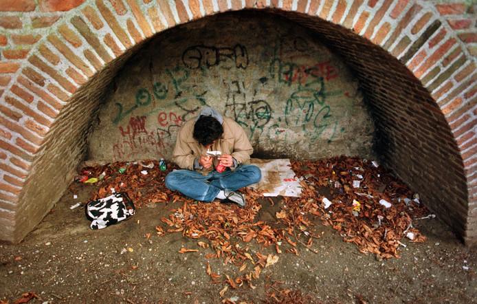 Een drugsverslaafde in het Nijmeegse park Kelfkensbos. foto Bert Beelen