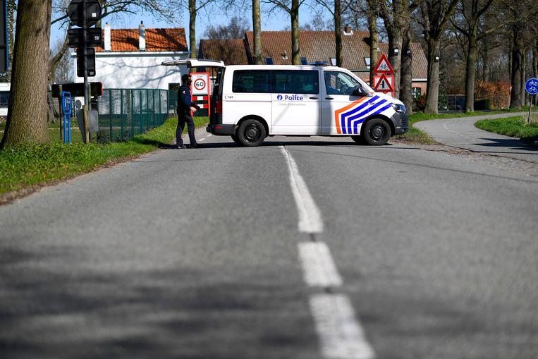 Een politiepatrouille controleert de grensovergang met Nederland in Zelzate.