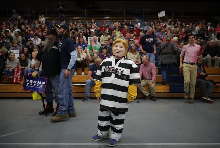 Een Trump-supporter verkleed als Clinton in een gevangenispyjama op een rally in Minnesota Beeld afp