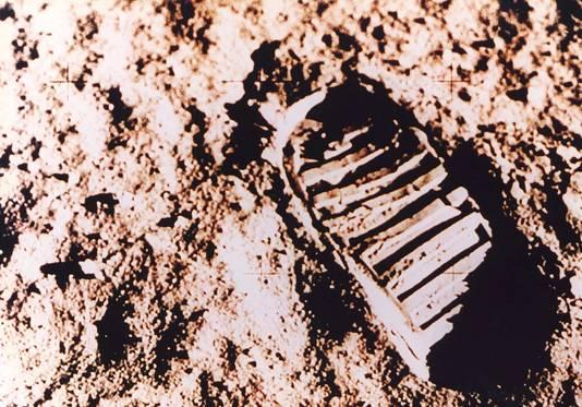 Om Armstrongs woorden '... one giant leap for mankind' te onderstrepen, stuurde Nixon een stukje steen naar alle 50 Amerikaanse staten