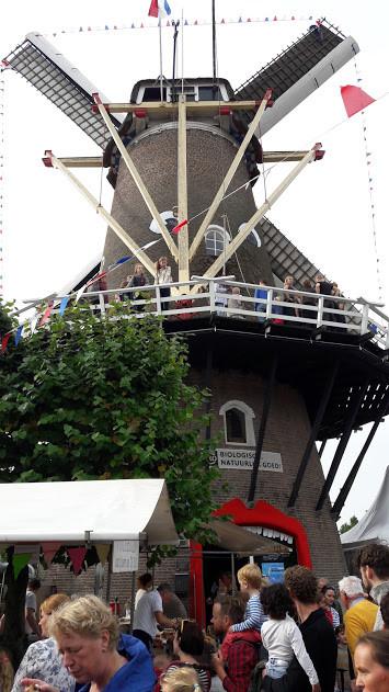 Grote drukte bij de moliebollenkraam bij Molen de Vlijt in Wageningen