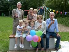 Eindelijk zitten! Morris, Tijn, Liv en Lize krijgen bankje voor opa en oma van de burgemeester