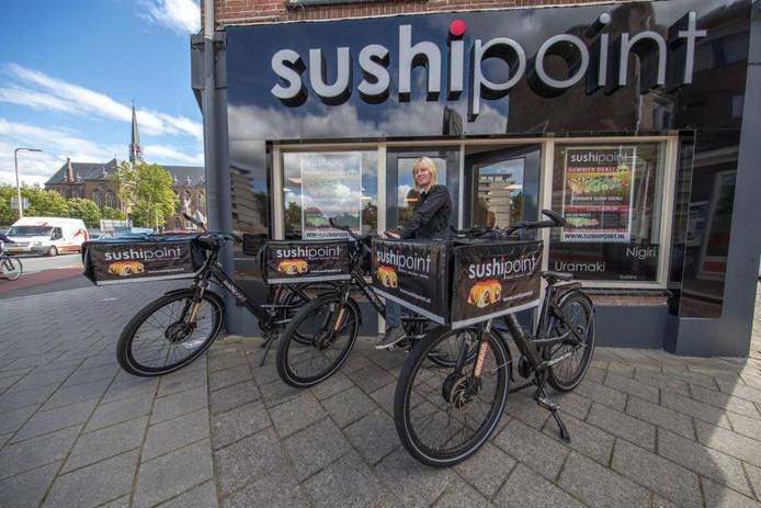 Assistent-bedrijfsleider Myrthe van Driezum van SushiPoint in Zwolle op de E-bikes. Foto Frans Paalman
