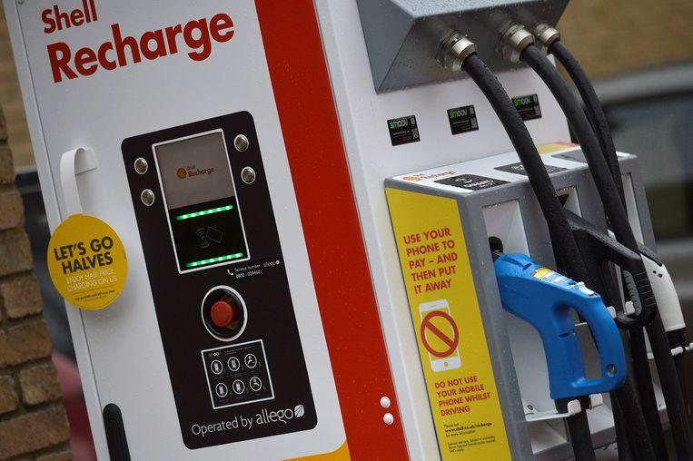 Een oplaadpunt voor elektrische auto's bij een Shell-tankstation in Londen.  Beeld REUTERS