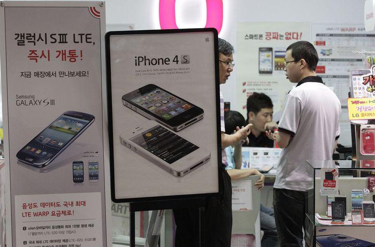7bee2aff4a0 In een winkel in Zuid-Korea wordt reclame gemaakt voor Samsungs Galaxy S  III-smartphone, en daarnaast voor Apples iPhone 4S. Beeld ap