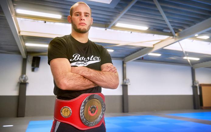 Vechter Daan Duijs uit Oss met zijn overwinningsriem. Hij is Europees Kampioen MMA.