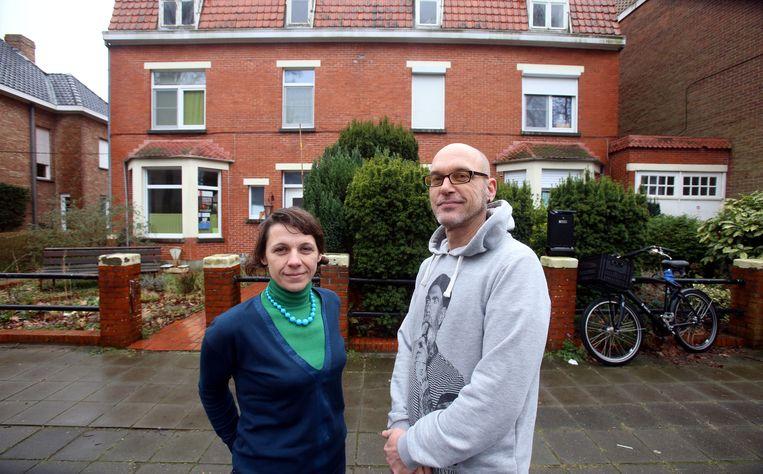 Buren Els De Blieck en Remko Janszen. Met 4.000 euro van de stad laten ze hun tuinen herinrichten.