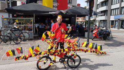Rode Duivels-mascotte op tricolore fiets